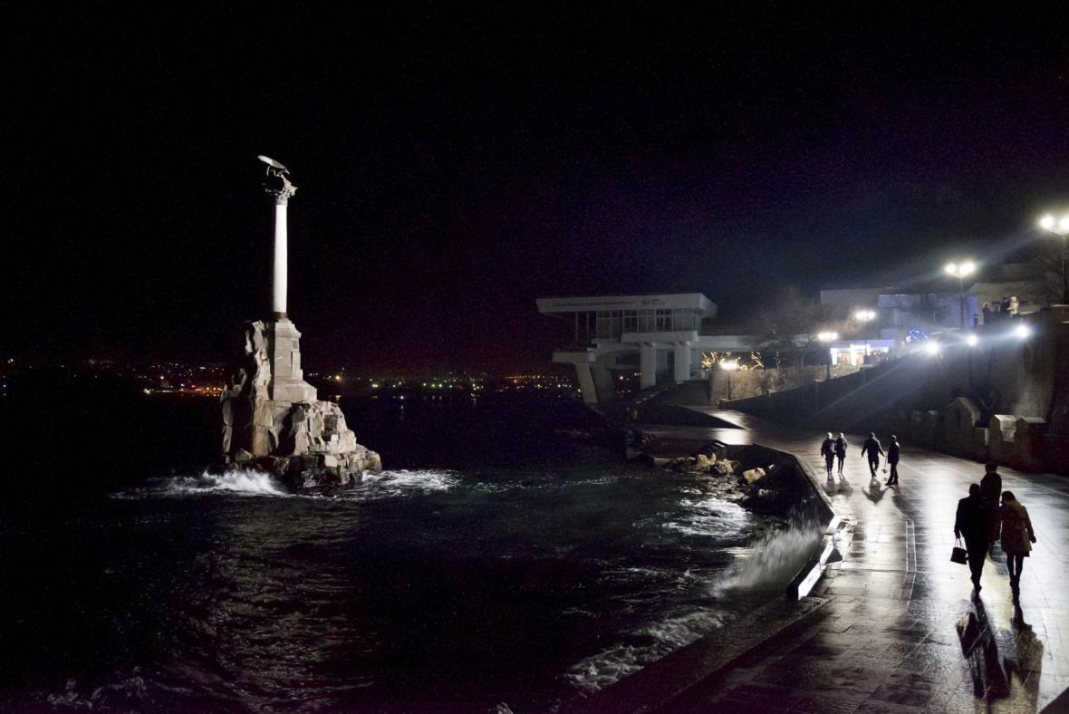 Potemnělé vycházkové korzo černomořského Sevastopolu