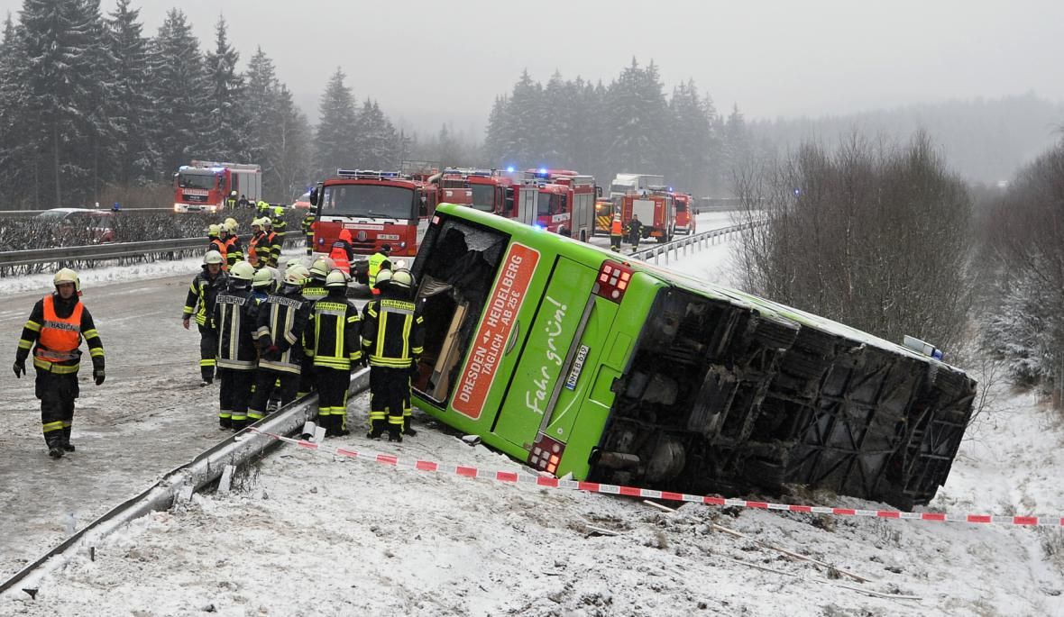 Nehoda autobusu s kamionem zastavila dálnici D5 u Rozvadova