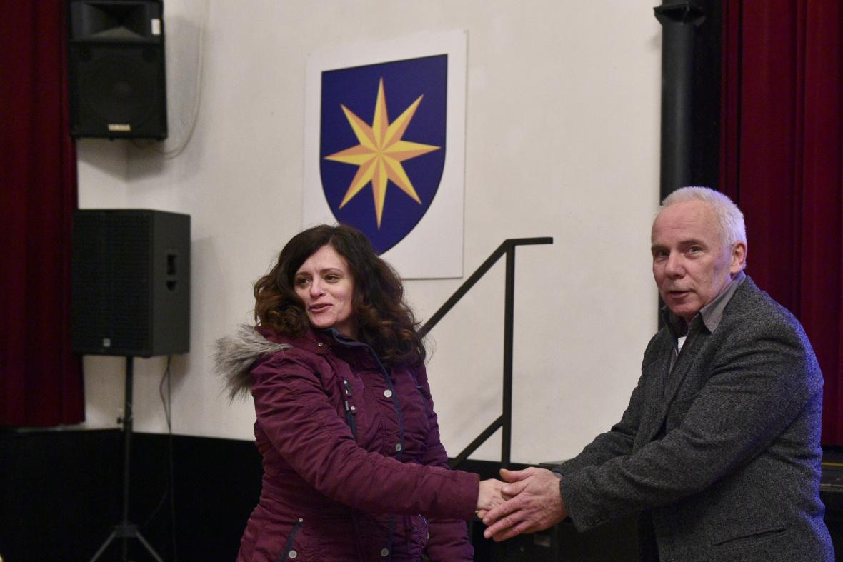 Odvolaný starosta Jaroslav Hlavnička (Volba pro město) se zastupitelkou Jaroslavou Jermanovou z opozičního hnutí ANO