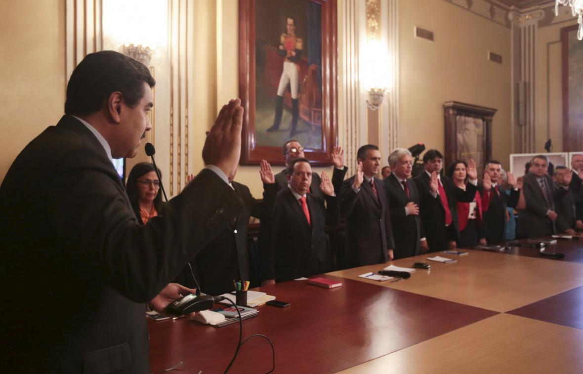 Maduro s členy své nové vlády