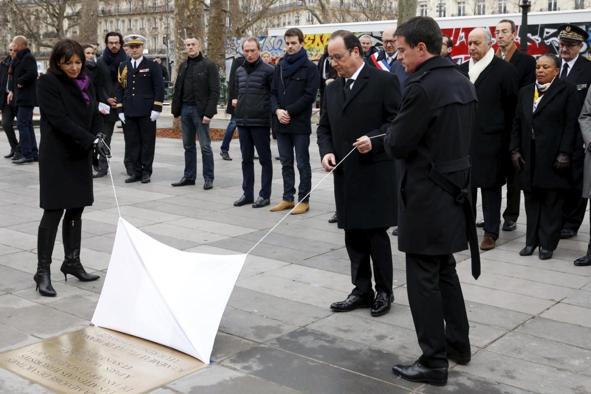 Valls, Hollande a Hidalgová odhalují pamětní desku