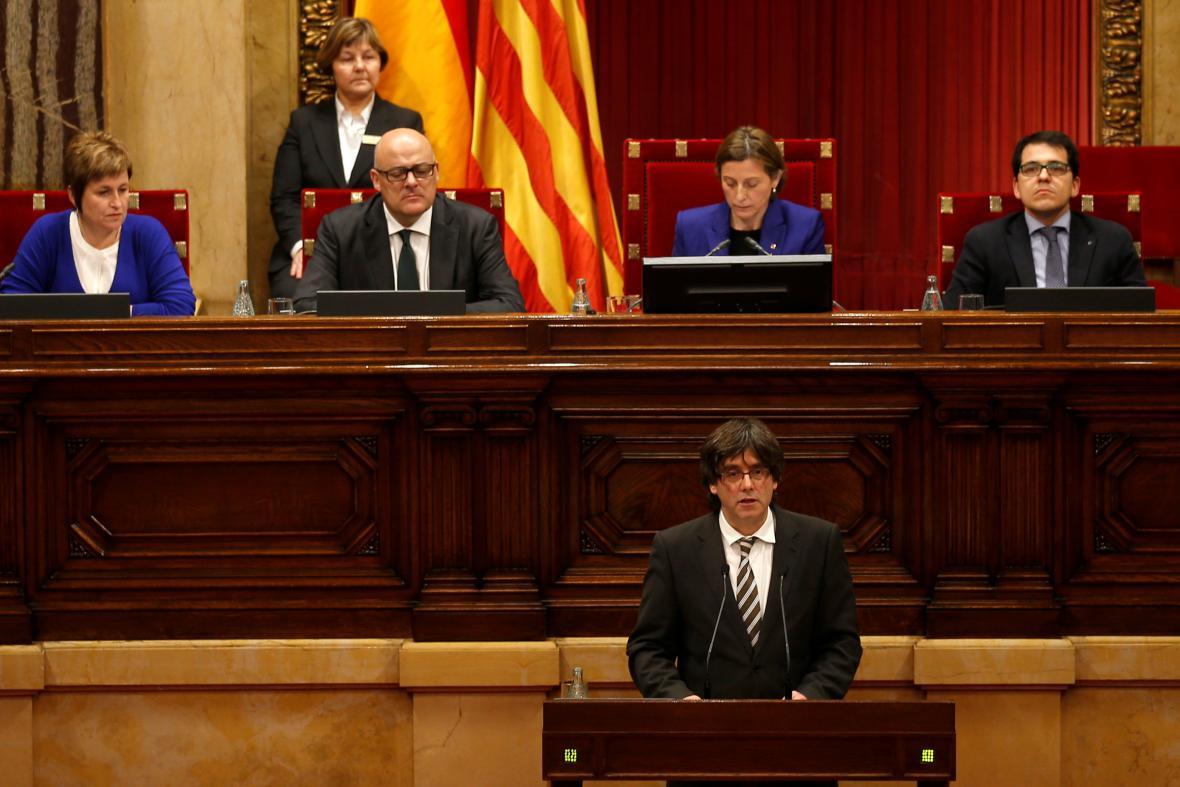 Carles Puigdemont (vpředu) v katalánském parlamentu