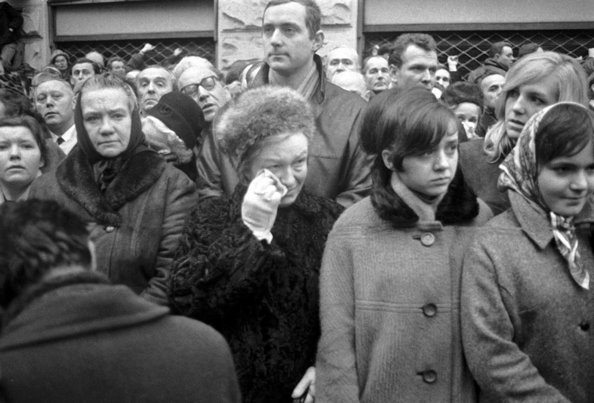 Lidé v ulicích Prahy při pohřbu Jana Palacha 25. ledna 1969
