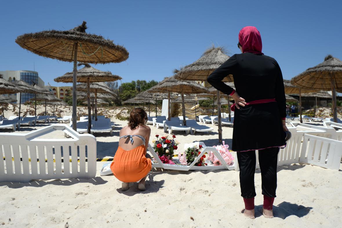 Lidé truchlí na pláži v Sousse