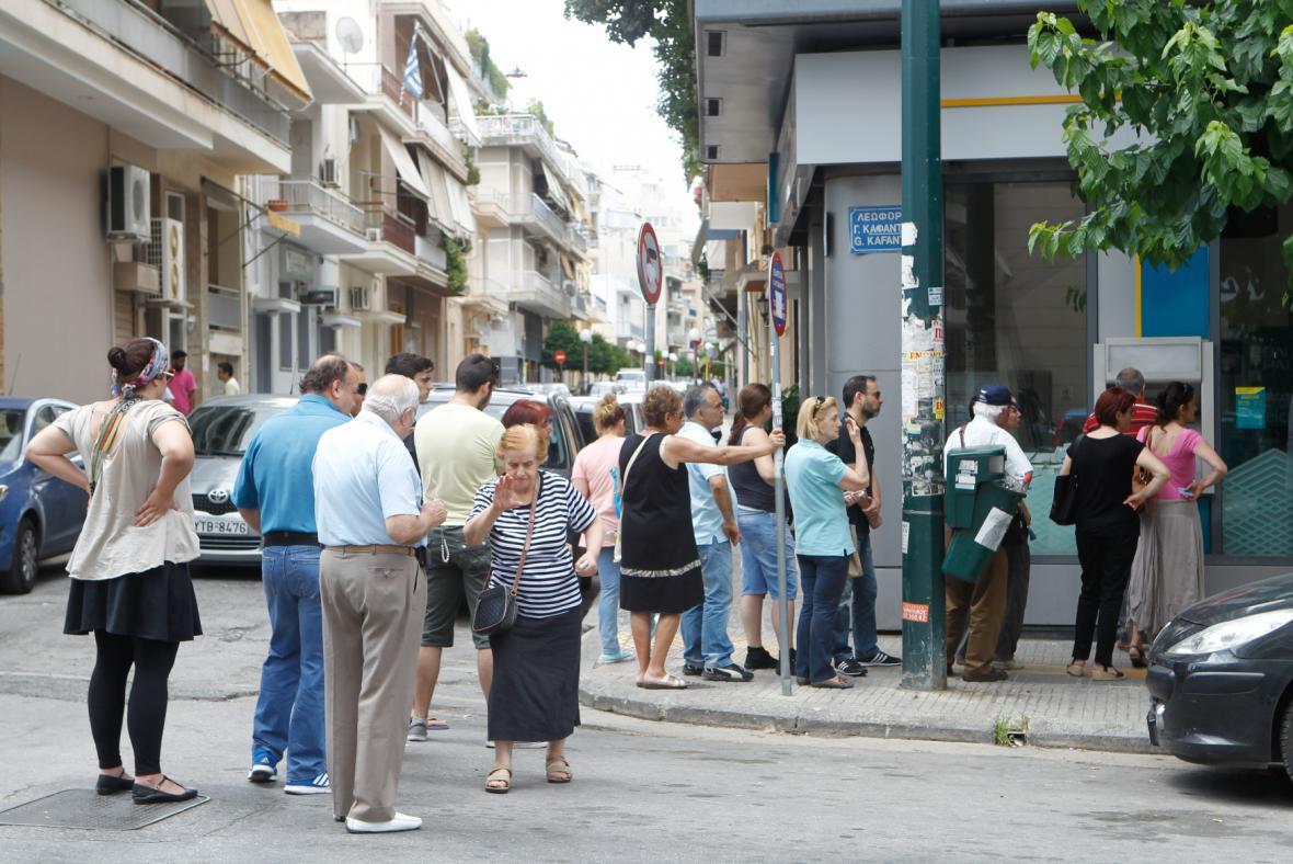 Řekové ve frontě na výběr z bankomatu