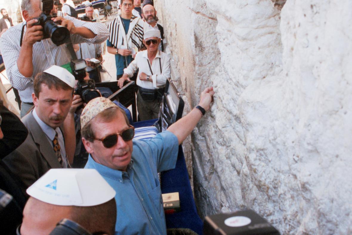 Václav Havel u Zdi nářků během státní návštěvy Izraele v roce 1997