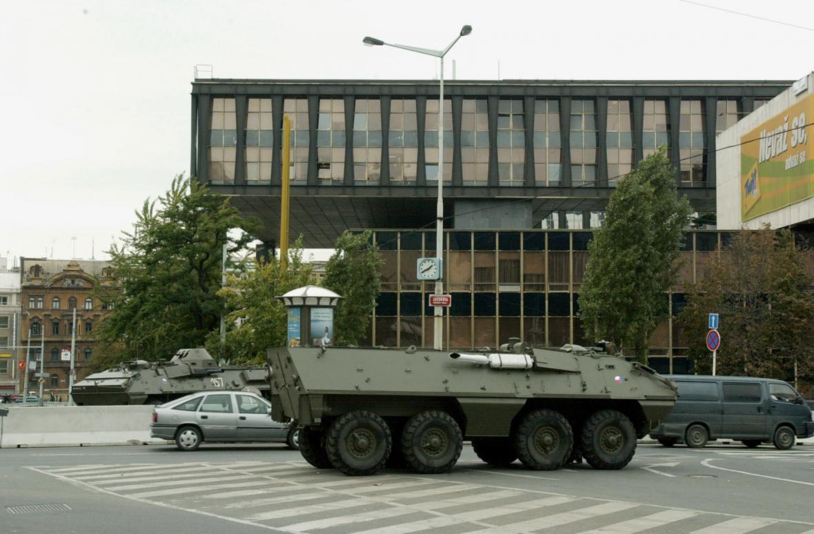 Rádio Svobodná Evropa pod ochranou transportéru