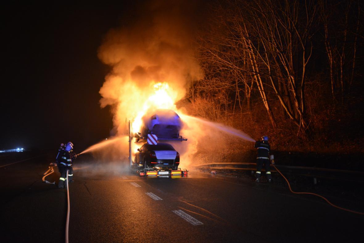 Požár kamionu s osobními auty na D10
