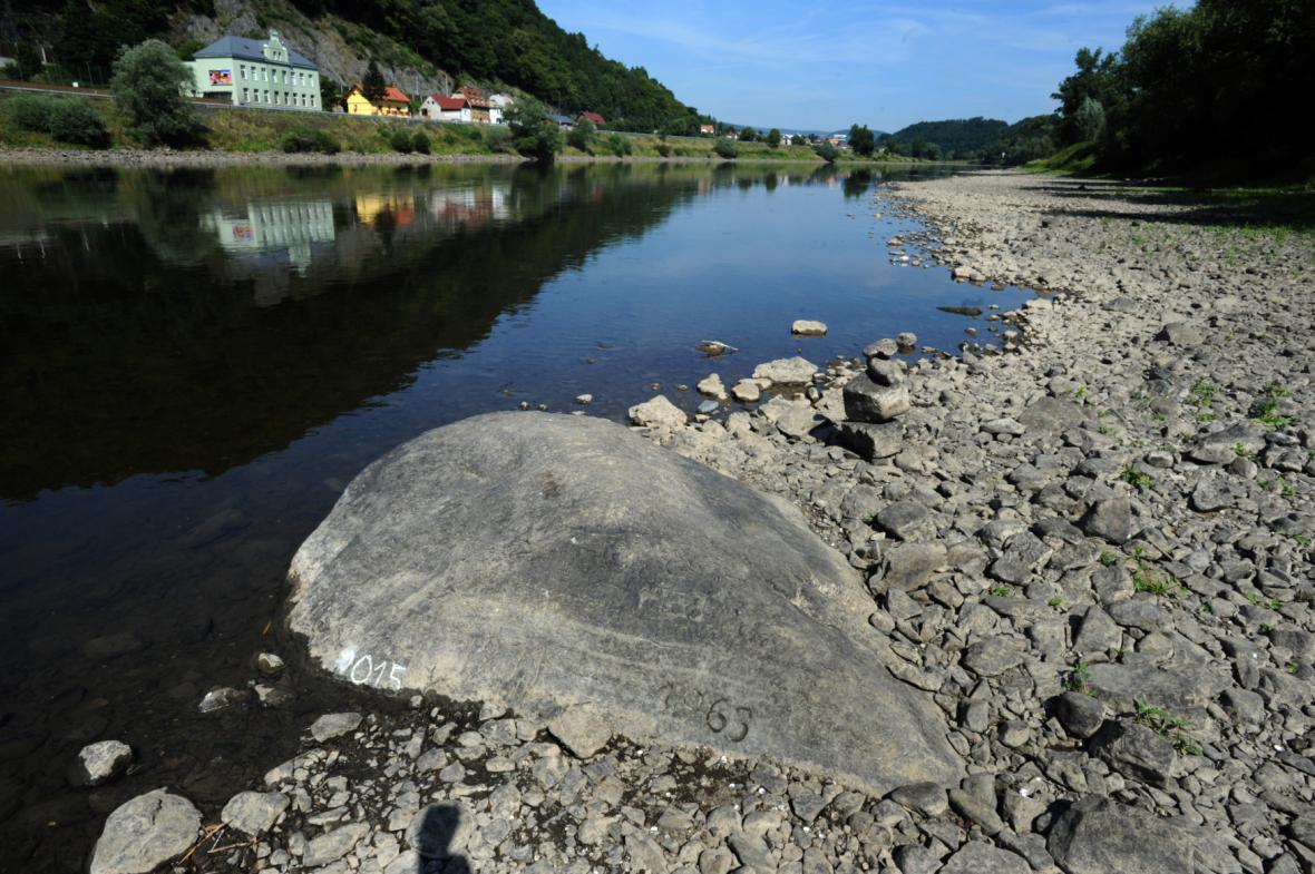 V korytě řeky Labe u Těchlovic se kvůli suchu objevil hladový kámen