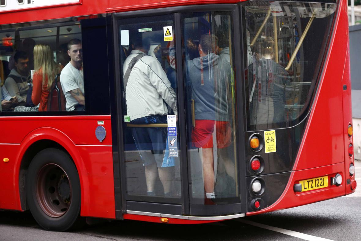 Plné autobusy na londýnské Victoria Station