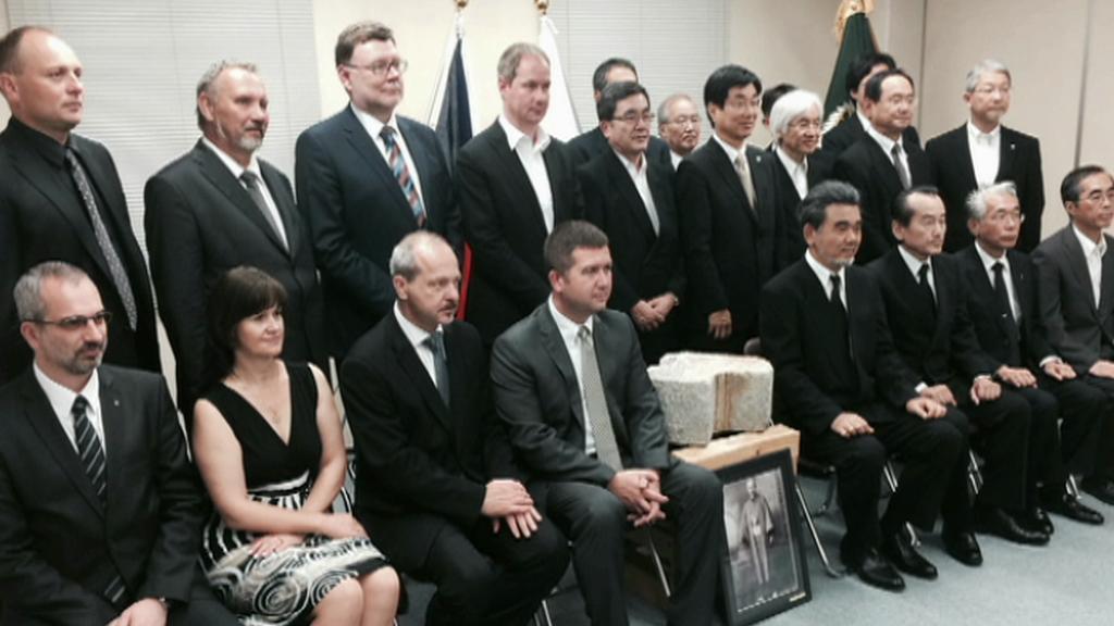 Česká parlamentní delegace převzala v Hirošimě část fasády tzv. atomového dómu