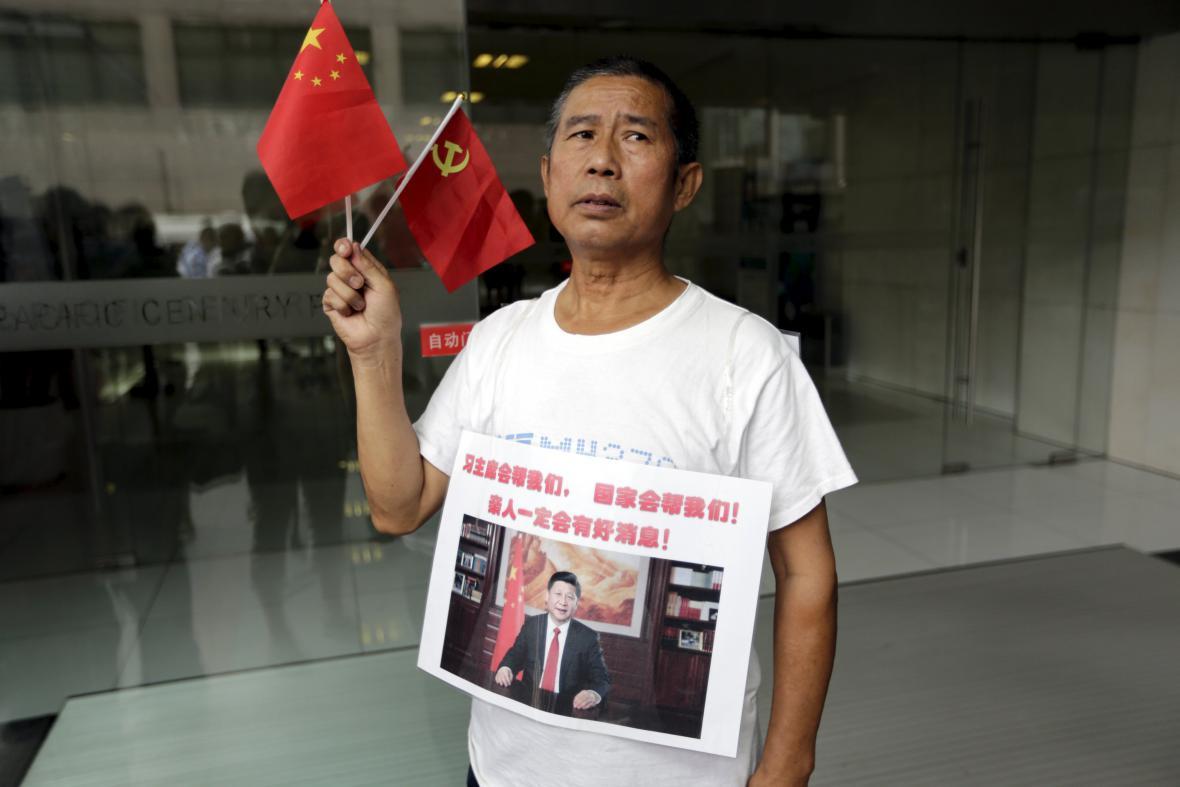 Čang Jung-li protestuje před pekingskou kanceláří Malaysia Airlines