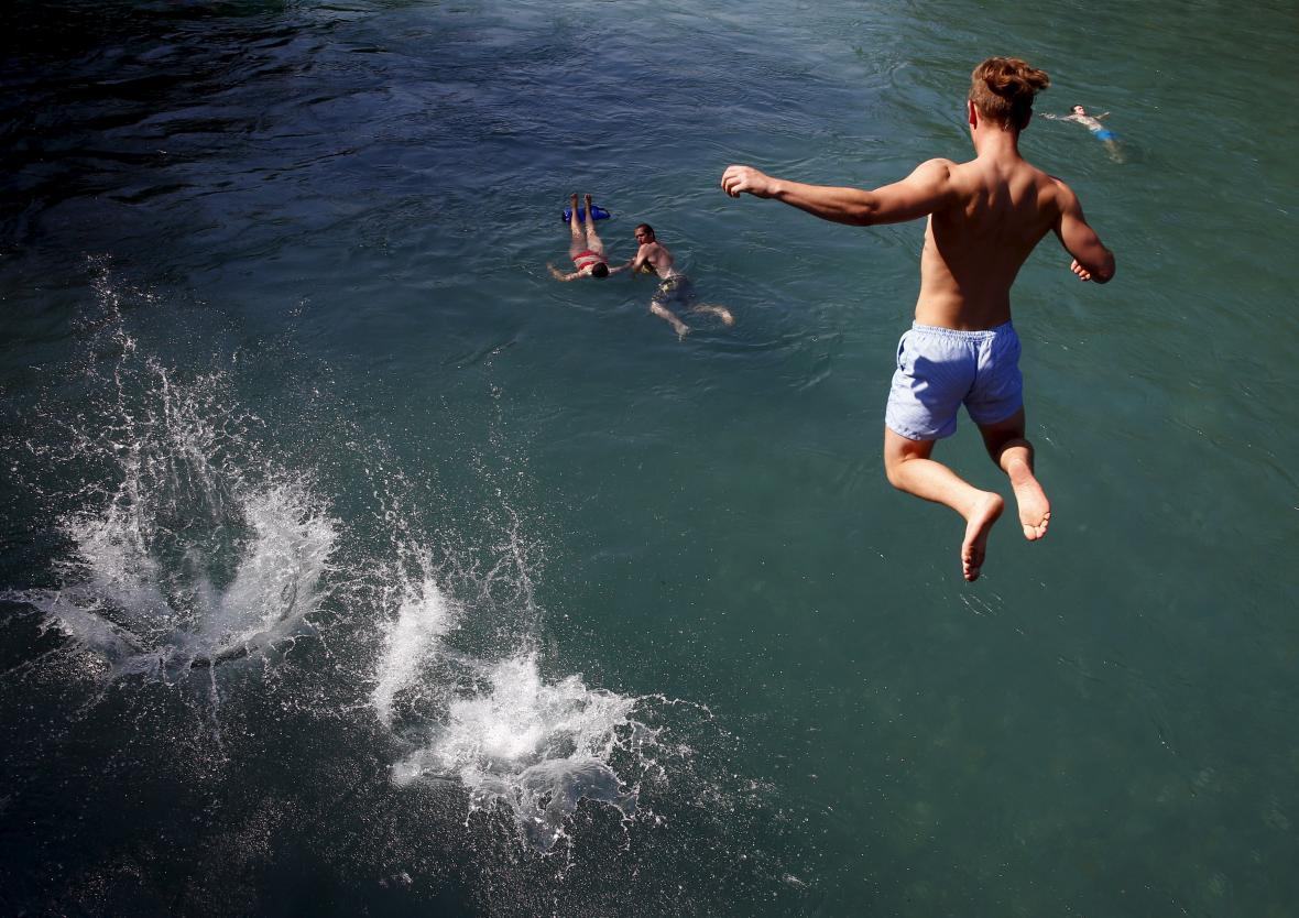 Obyvatel švýcarského Bernu skáče do řeky Aare