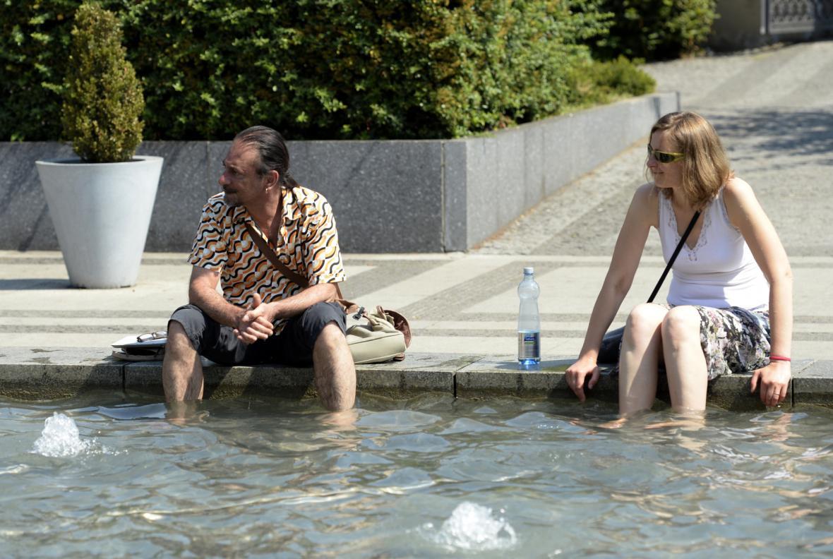 Pražané se v horku chladí ve fontáně