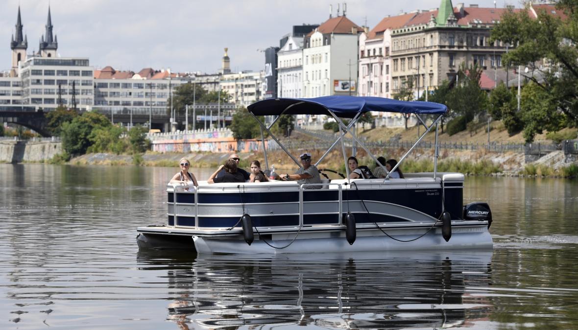 Nový přívoz propojuje pražské Holešovice s ostrovem Štvanice a Karlínem