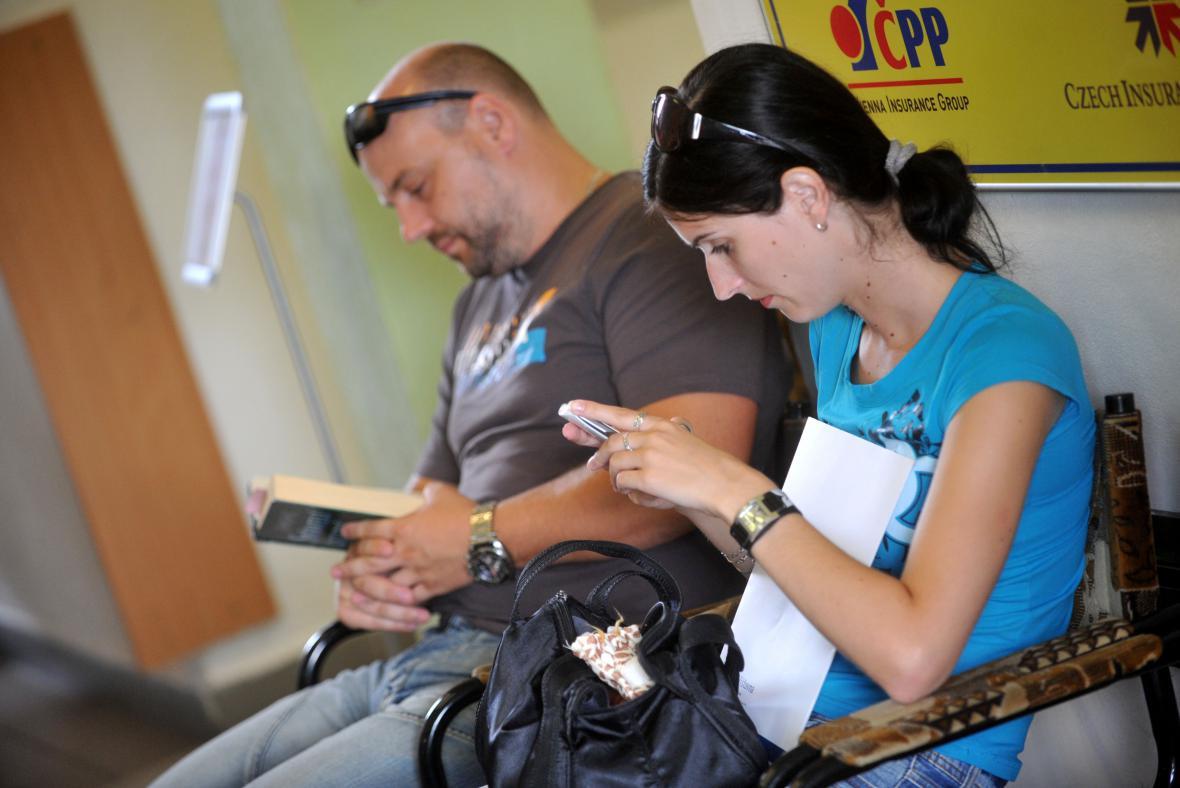 Při kolapsu registru v létě 2012 lidé čekali hodinové fronty