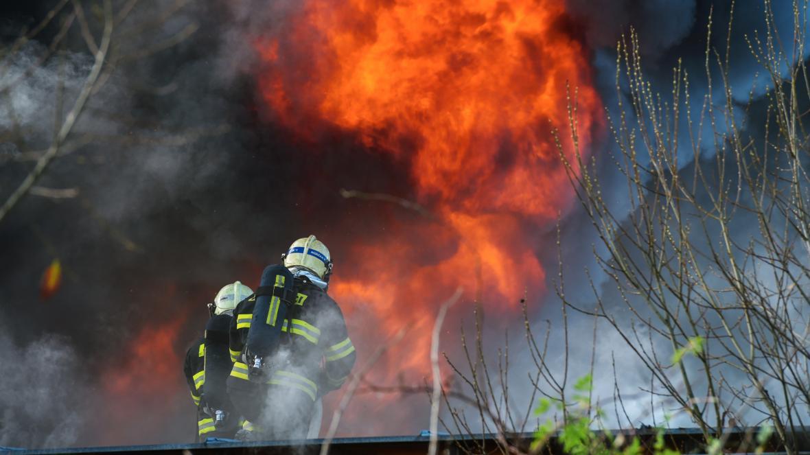 Požár v areálu firmy Agba vyrábějící doplňky a součástky do aut v Turnově