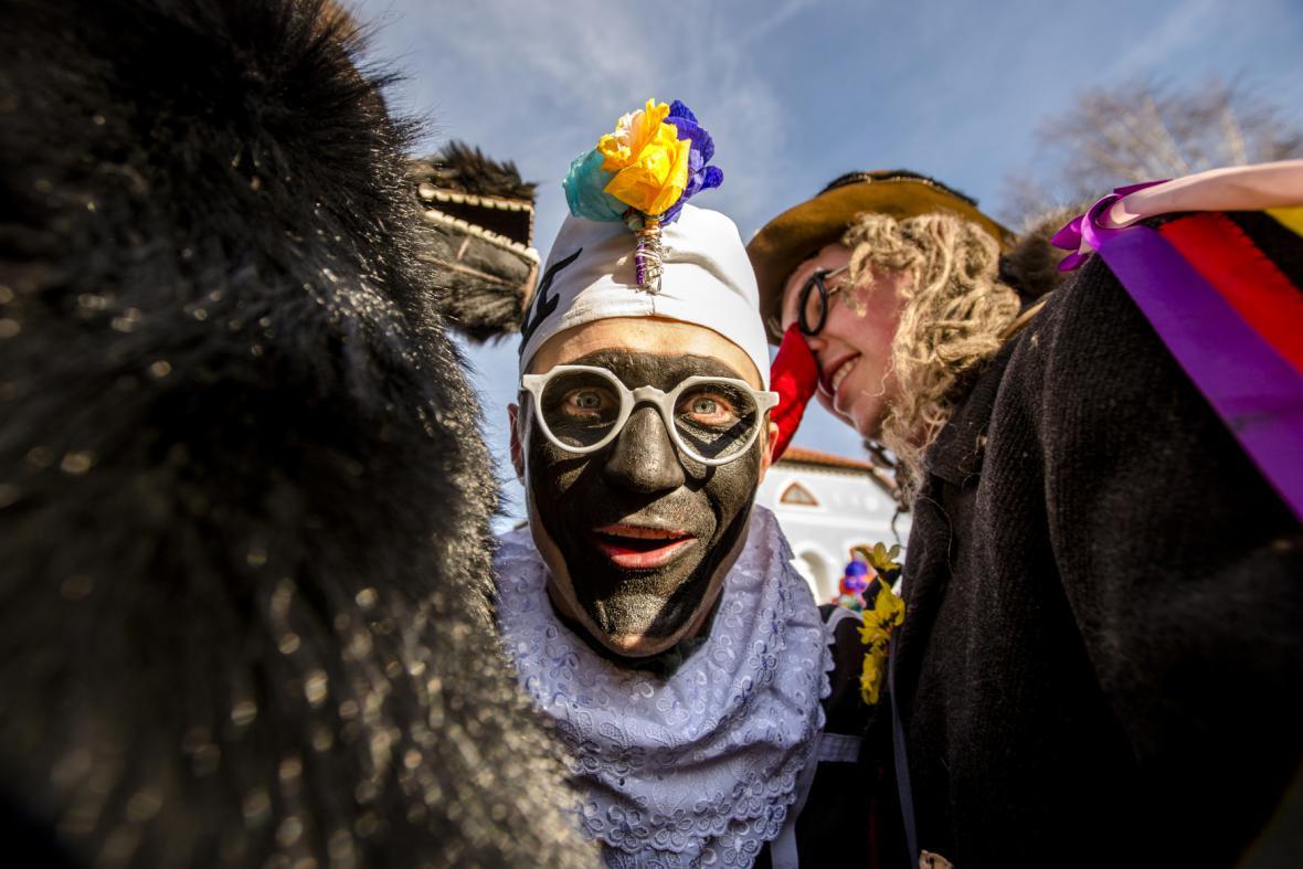 Masopustní průvod masek ve skanzenu na Veselém Kopci na Chrudimsku