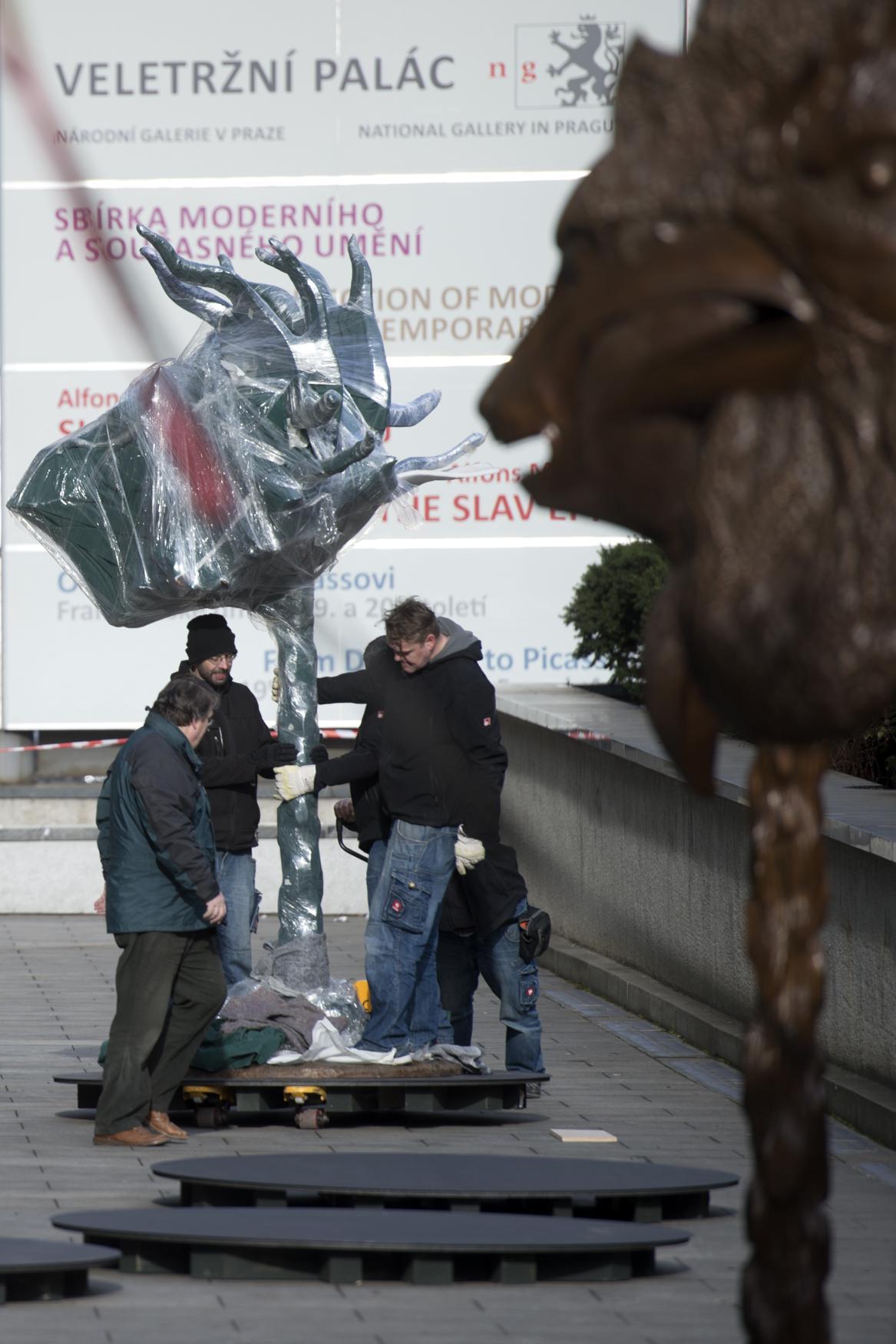 Aj Wej-wejův Zvěrokruh před Veletržním palácem