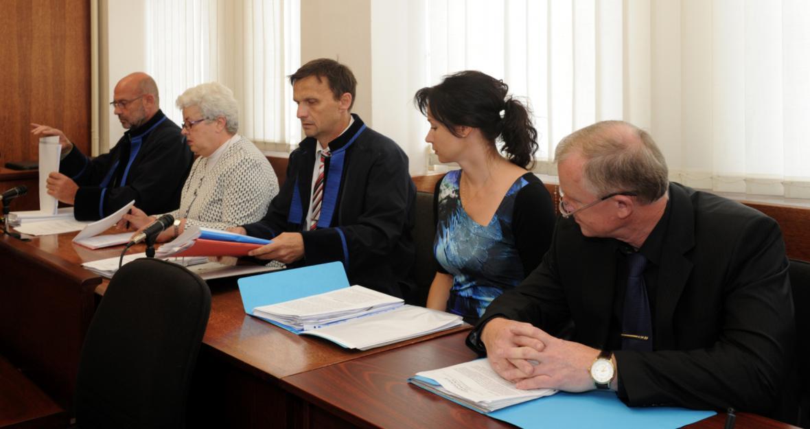 Trojice úředníků před soudem