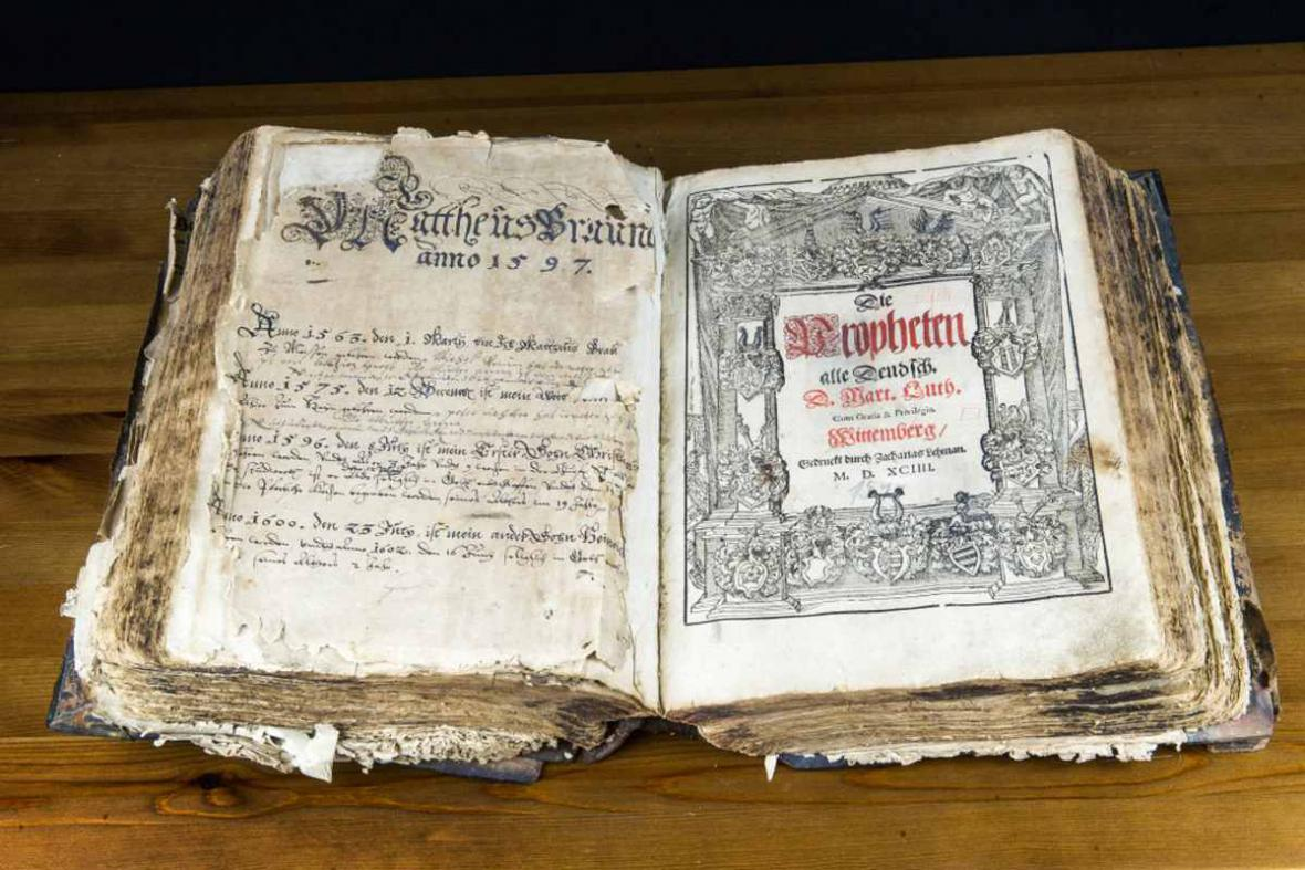 Sbírka čítá přes tři sta biblí