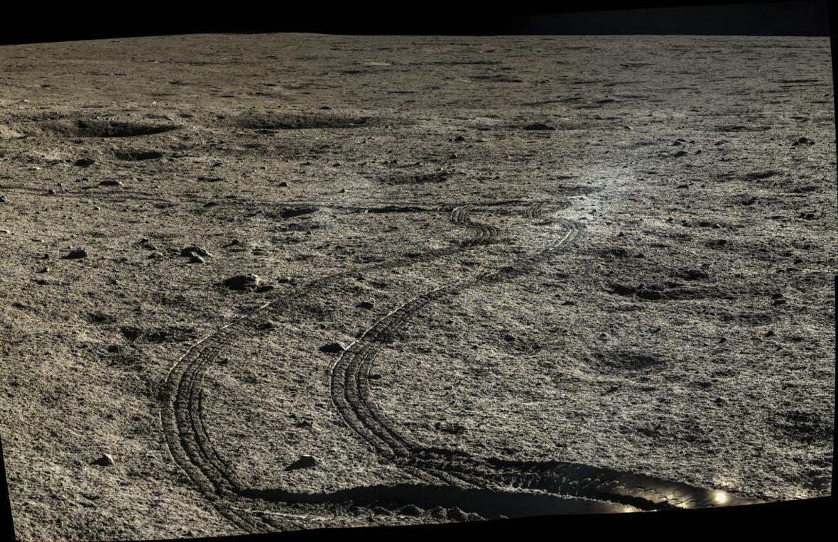 Nejnovější snímky z Měsíce od Nefritového králíka uveřejnila Čínská národní vesmírná agentura