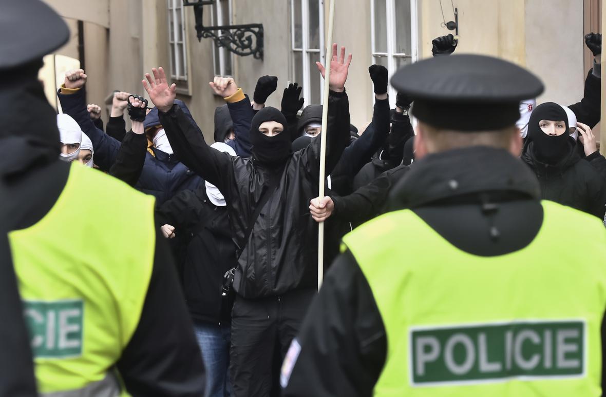 Protestní pochod proti protinárodní politice vlády, ilegální imigraci a omezování demokratických svobod