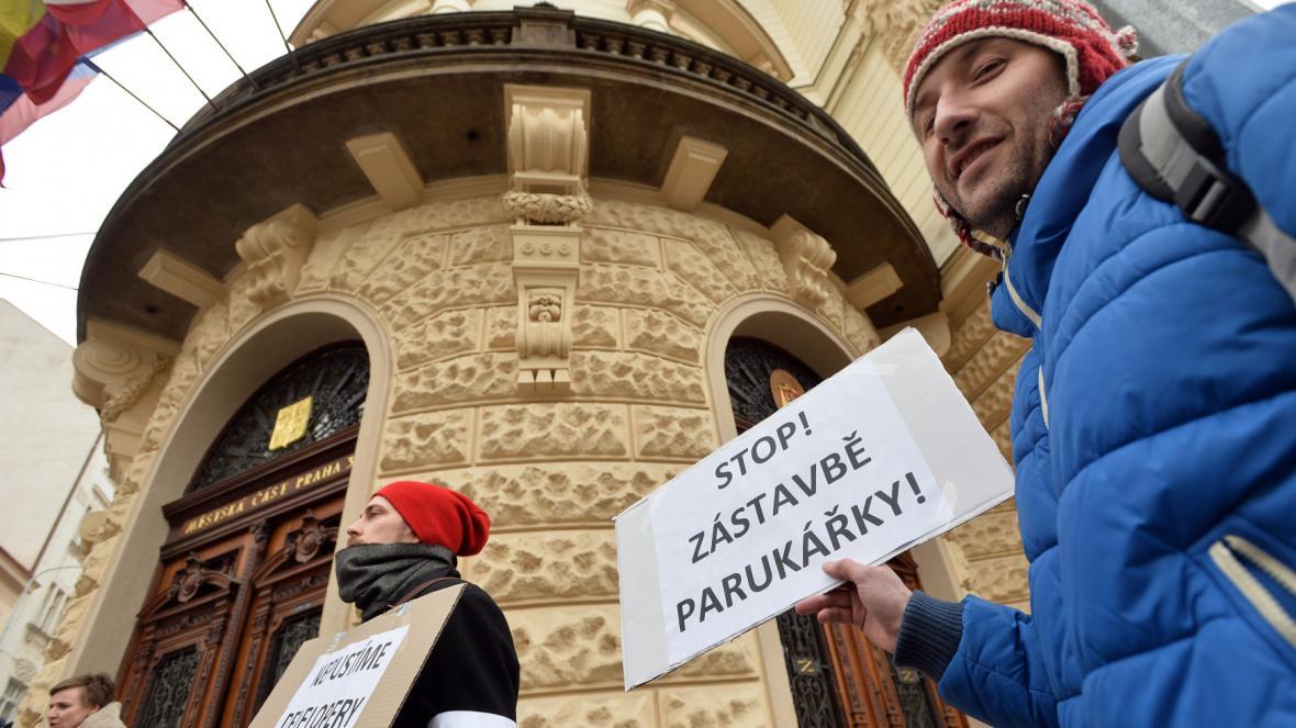 U radnice se sešli lidé nespokojení s plánovanou stavbou na Parukářce