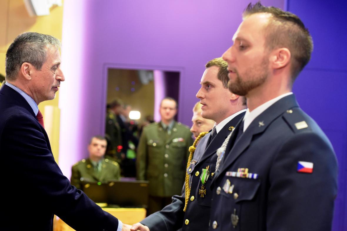 Vyznamenání vojáků za záchranu života