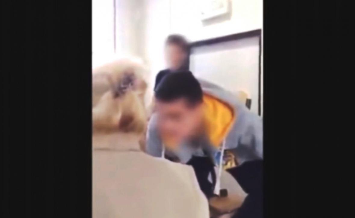 Napadání učitelky studenty střední průmyslové školy natočily žáci na video