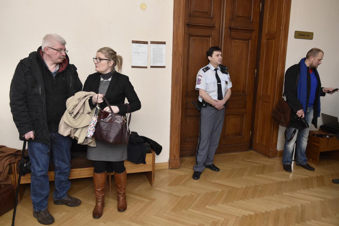 Začátek soudu provázely přísné bezpečnostní opatření