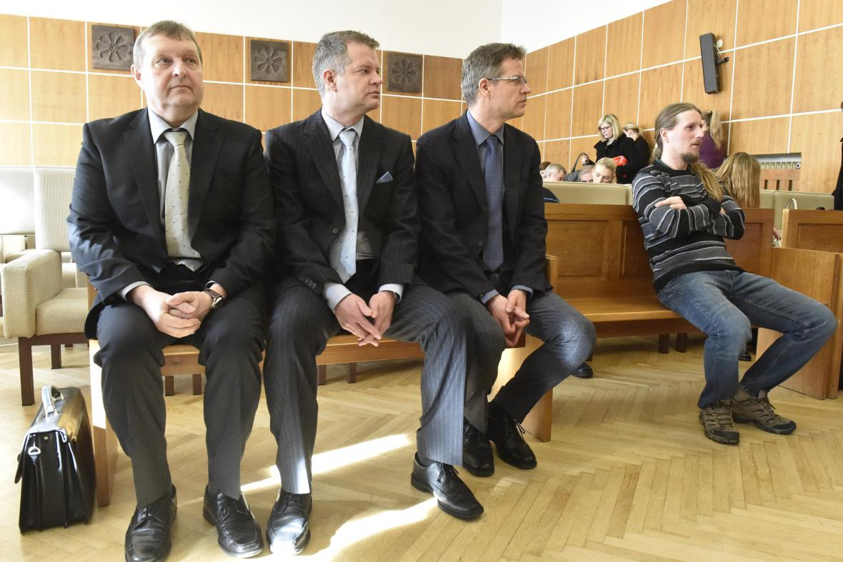 Soud shledal vinnými i další obžalované
