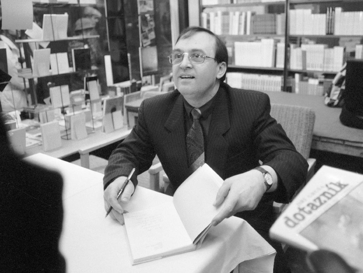 Jiří Gruša při jedné ze svých autogramiád v roce 1990