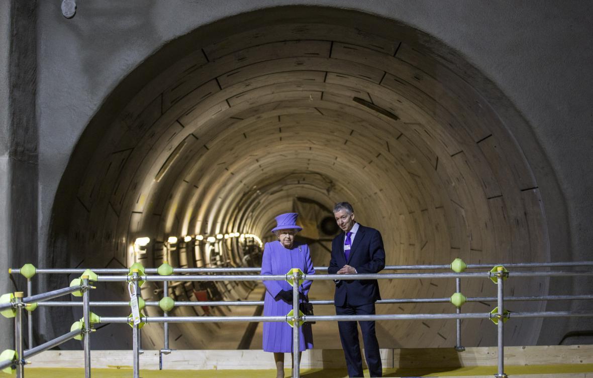 Královna při představení nové trati