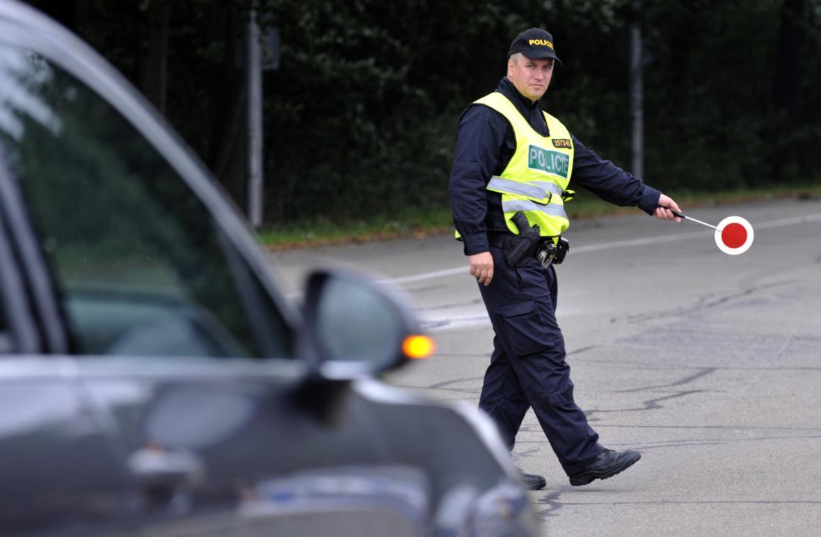 Policista při kontrole auta