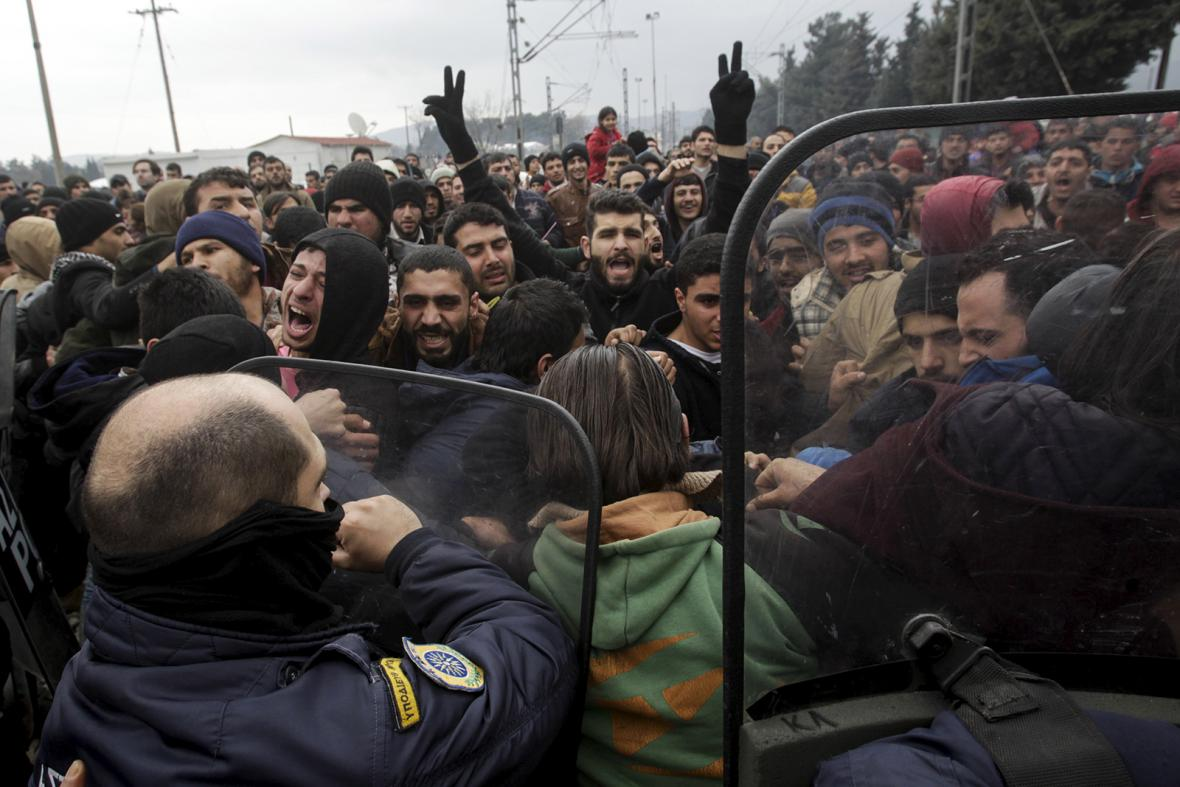 Běženci na makedonsko-řecké hranici se pokusili prolomit plot. Policie použila slzný plyn