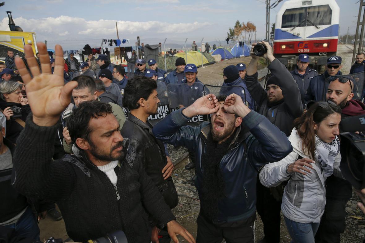 Uprchlíci blokují železniční trať mezi Řeckem a Makedonií