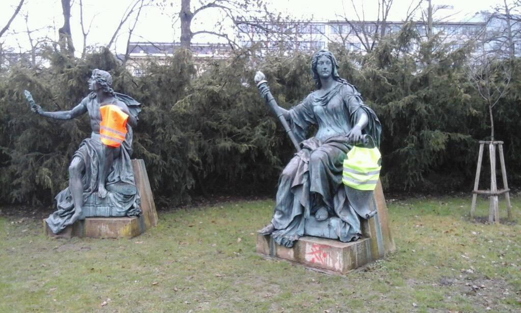 Dobrovolníci upozornili na svou práci vyvěšením reflexních vest