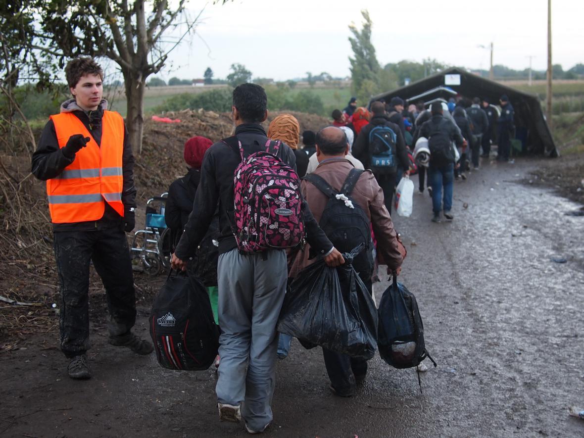 Dobrovolníci pomáhají uprchlíkům z zahraničí už půl roku