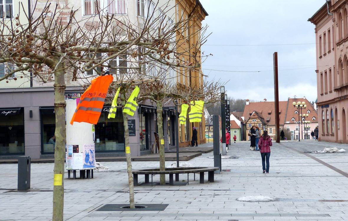 Reflexní vesty v ulicích měst