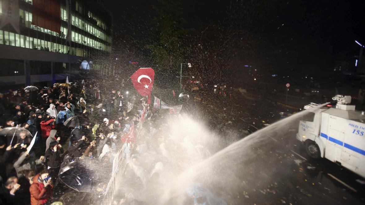 Turecká policie použila vodní dělo na demonstraci u redakce deníku Zaman