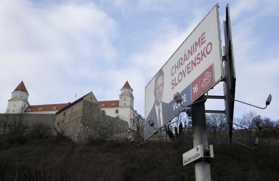 Hlavní předvolební slogan strany Smer na billboardu pod bratislavským Hradem