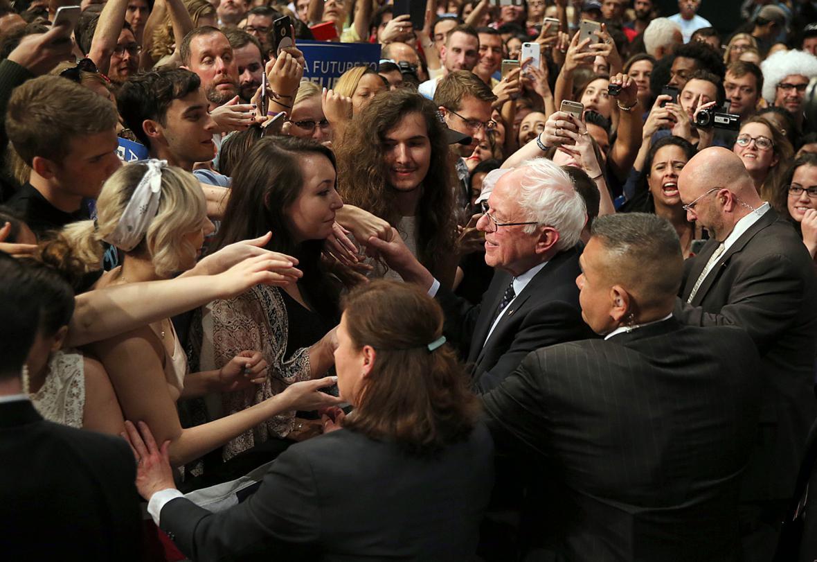 Bernie Sanders v davu příznivců