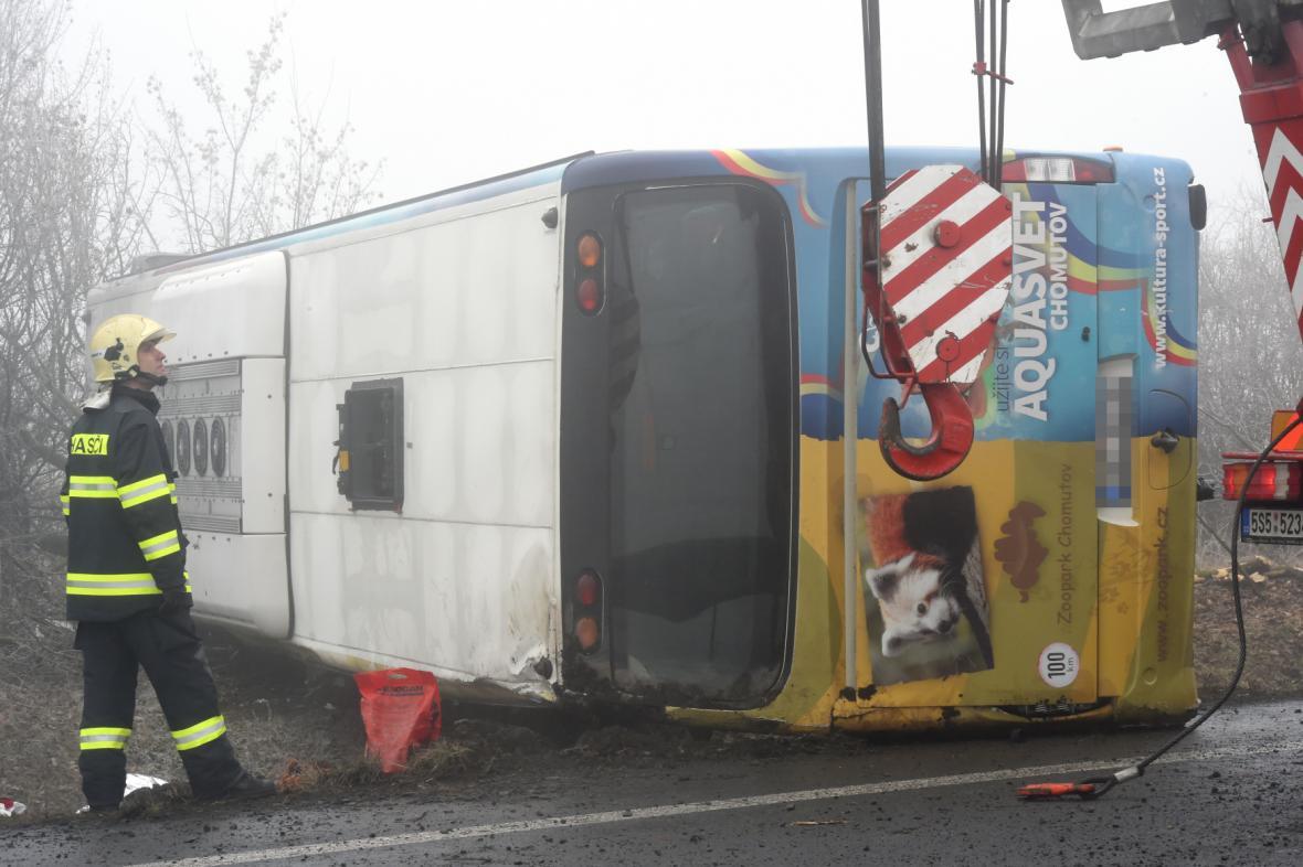 Převrácený autobus u Panenského Týnce