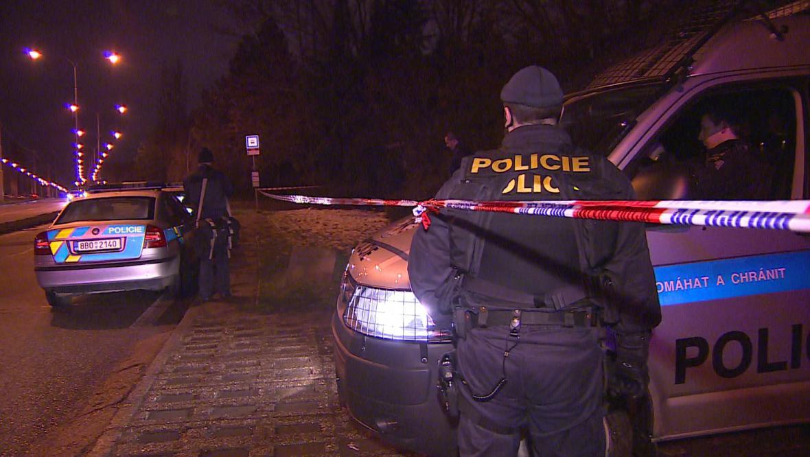 Policisté pátrali po vrahovi celou noc i další den