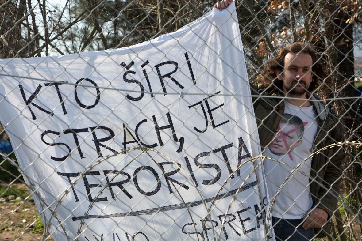 Protest proti Robertu Ficovi při jeho příjezdu na řecko-makedonskou hranici