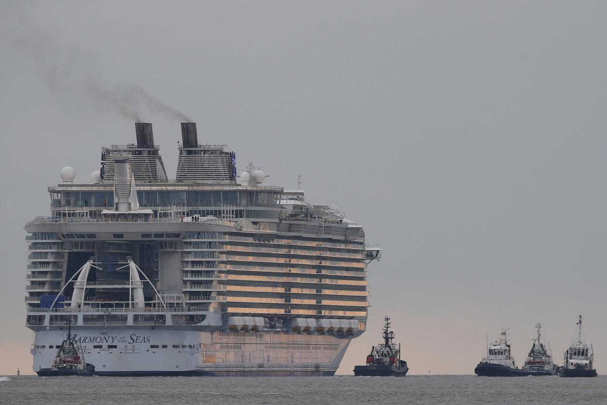 Výletní loď doprovázelo šest vlečných člunů