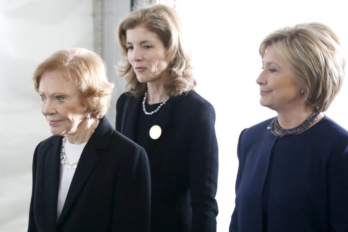 Bývalé první dámy USA Rosalynn Carterová a Hillary Clintonová společně s Caroline Kennedyovou