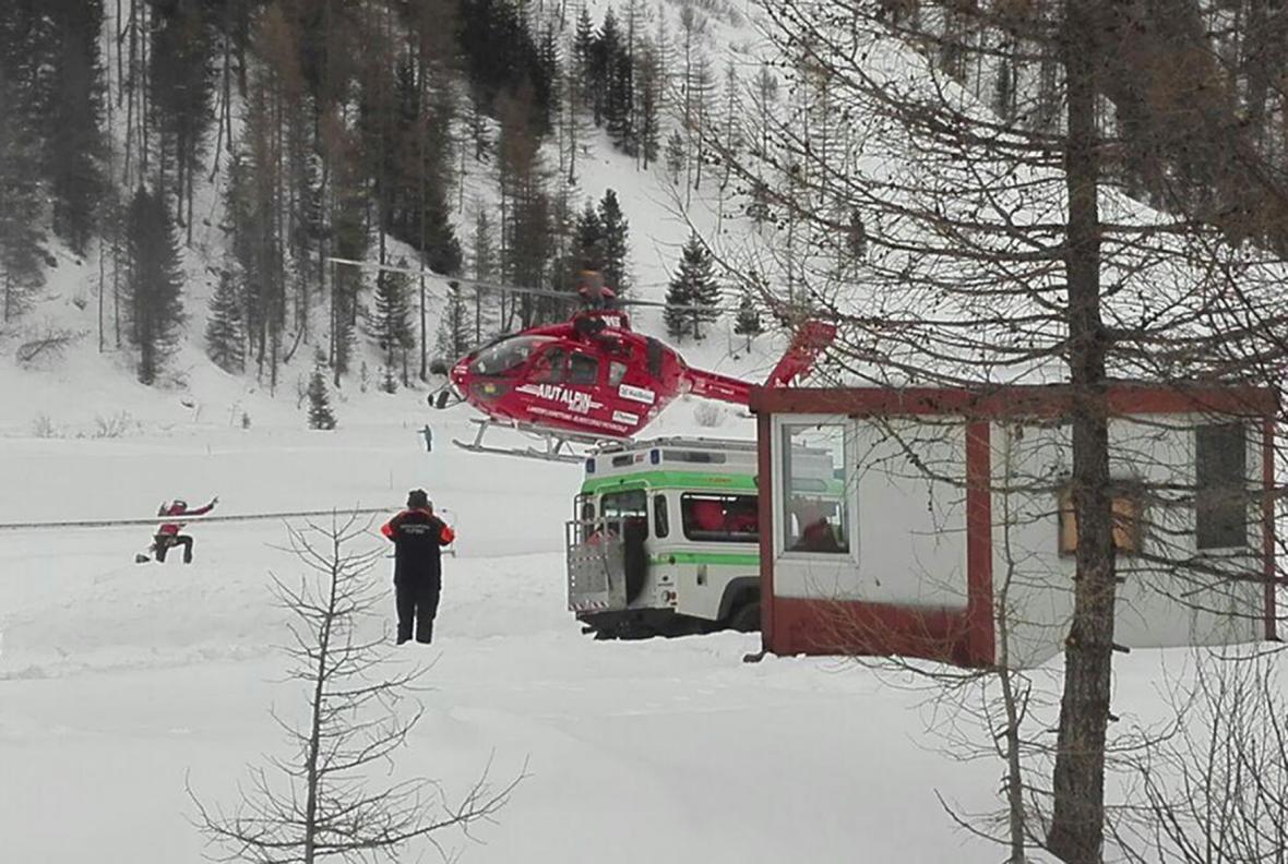 Italští záchranáři pátrají po zasypaných lavinou