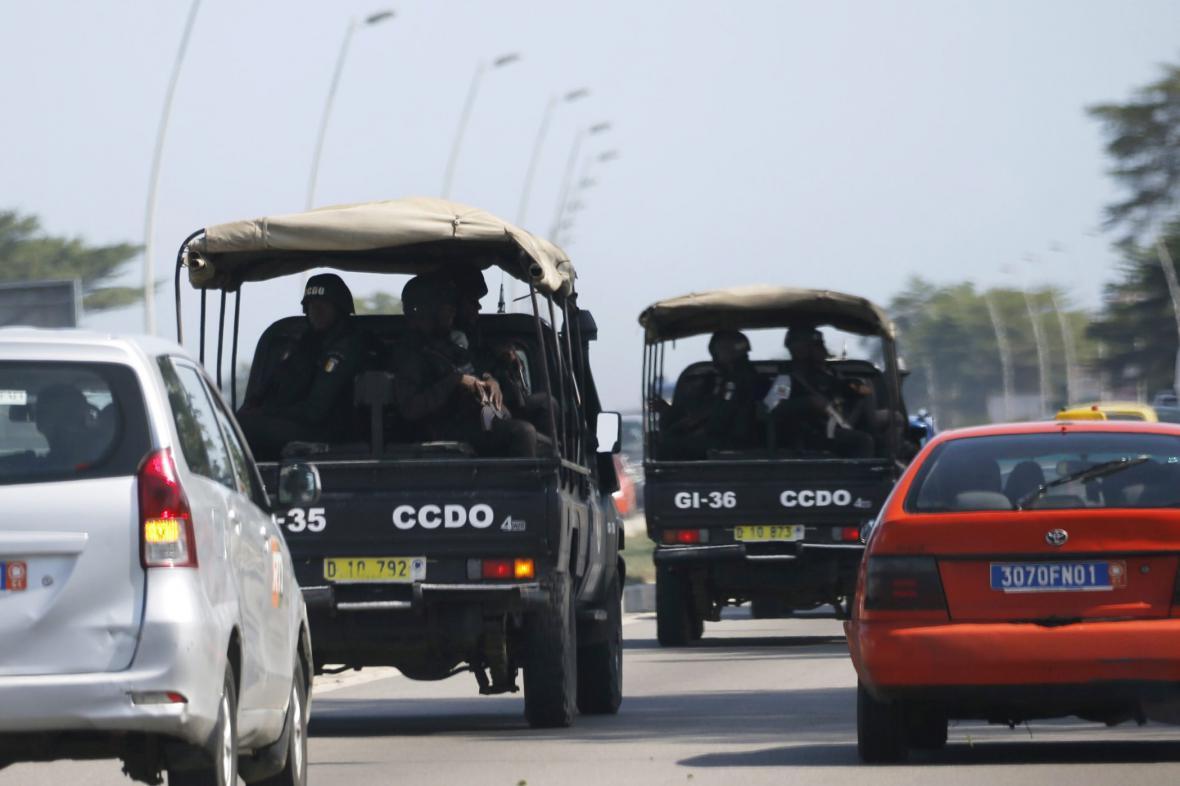 Bezpečnostní jednotky směřující na místo střelby